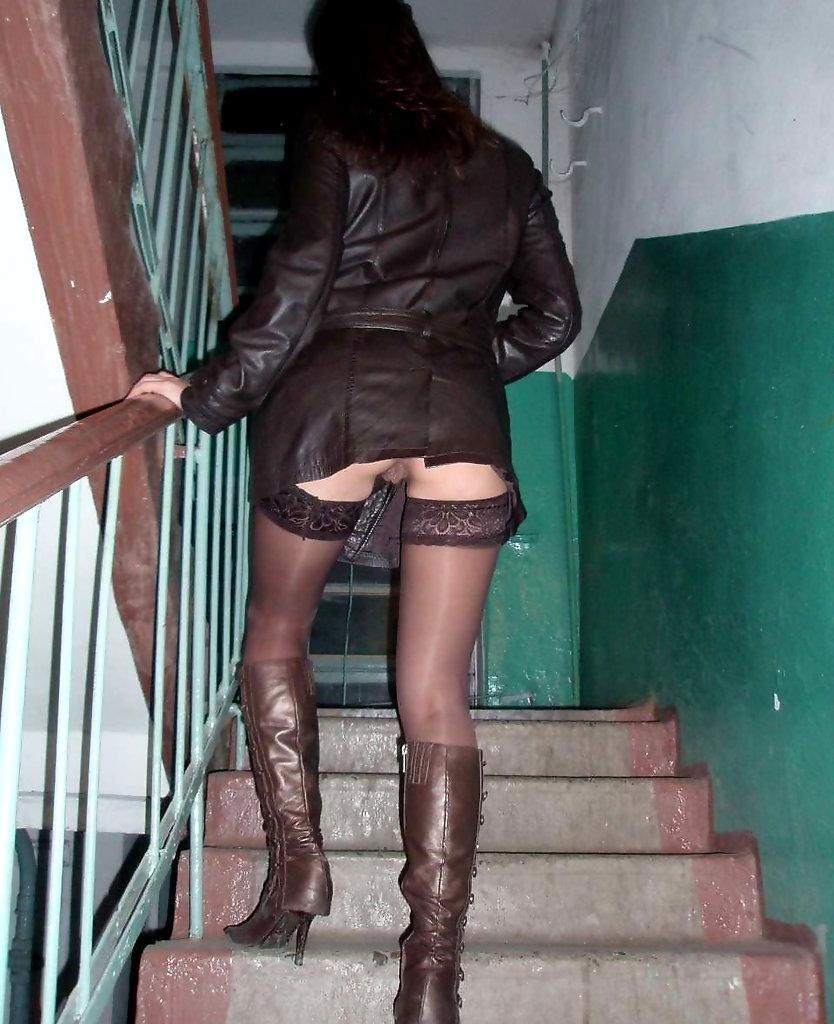 Проститутка ебется на лестничной площадке 7 фотография